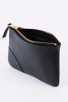 Leather purse with curved edges, zipper opening and corner detail.the pouch - my newest accessory obsessionlove the asymmetry Leather Bag Tutorial, Leather Pouch, Leather Purses, Leather Handbags, Leather Accessories, Leather Jewelry, My Bags, Purses And Bags, Leather Bags Handmade