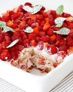 Beeren-Tiramisu mit Joghurt-Mascarpone-Creme Rezept: Erdbeeren,Himbeeren,Mascapo… - Jenny L. Eat Dessert First, Paleo Dessert, Delicious Desserts, Dessert Recipes, Cake Recipes, Yummy Food, German Baking, Sweet Cakes, No Bake Cake