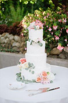 pretty wedding cake; photo: Hazelnut Photography