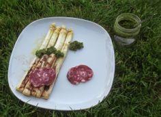 Gegrillter weißer Spargel mit Salami und Bärlauch-Pesto - Grilled white asparagus with wild garlic pesto and two slices of French salami - http://barbaras-spielwiese.blogspot.com