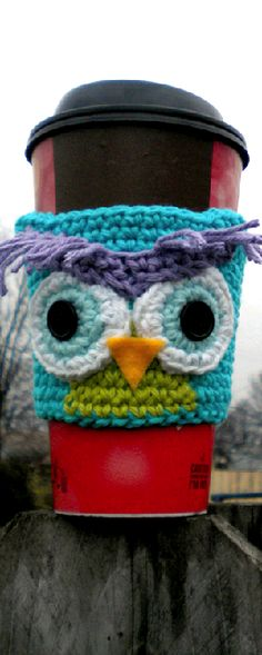 Emily is this crochet? Gertie the Owl Coffee Cozy Pattern Crochet Coffee Cozy, Crochet Cozy, Crochet Dishcloths, Love Crochet, Crochet Scarves, Owl Crochet Patterns, Crochet Owls, Owl Patterns, Knitting Patterns