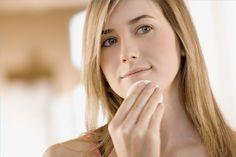 Retrait de point noir : mouiller votre visage avec de l'eau chaude pour ouvrir les pores (la vapeur d'eau ouvre également les pores de votre peau). Ensuite, mélanger 1 càc de bicarbonate de soude, 1 càc de dentifrice et 2 càc d'eau dans un récipient. Frotter sur la zone affectée à l'aide d'une vieille brosse à dents. Répéter au besoin. Appliquer tous les soirs avant de se coucher.