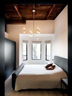 quarto com forro de madeira e luminária pendente