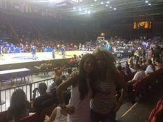 Estos dos bellezones son Inés y Natalia de Aparcamiento Lavacolla Sevilla, en su tarde de basket. Es casi un SELFIE, pero gracias a Dios el amiguete no se metió por el medio. ¡Menos mal!