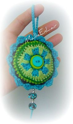 Muy bonito! Hangers, Crochet Earrings, Diy Crafts, Decorations, Christmas Ornaments, Holiday Decor, Pretty, Pendants, Mandalas