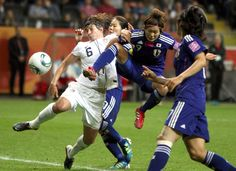 Japan's Nahomi Kawasumi (center) is challenged by Amy Le Pielbet of the US during the final match in Frankfurt on July 17, 2011.