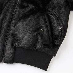 The new collection in collaboration with the leading global fashion icon Carine Roitfeld. Made with faux fur fabric, the sporty blouson jacket takes on elegant style, and the soft, thick fibers add a warm, seasonal look.