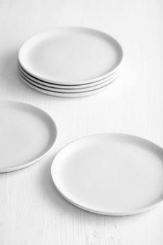 Schlichte weiße Teller / Interior * Minimalismus by LEUCHTEND GRAU. Mehr zu Weiß: http://www.leuchtend-grau.de/2017/04/Schoener-Wohnen-mit-Weiss.html
