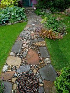 Une allée de jardin originale en mosaïque de pierres