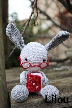 Un lapin qui lit au crochet modèle tuto gratuit