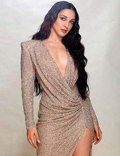 Kabir Singh Actress Kiara Advani looks smoking hot in golden gown Celebrity Outfits, Celebrity Look, Celebrity Gallery, Indian Celebrities, Bollywood Celebrities, Celebrities Fashion, Beautiful Indian Actress, Beautiful Actresses, Hot Actresses