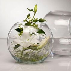Lily in round glass Lily en verre rond Diy Flowers, Flower Decorations, Table Decorations, Shower Centerpieces, Wedding Table Centerpieces, Deco Floral, Ikebana, Flower Designs, Floral Arrangements