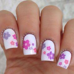 Base Blanca con Flores de color rosa, lila y azul...