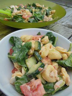 Tortellini salade met spinazie en rode pesto