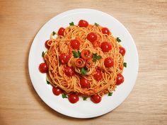 スモークサーモンのトマトクリームソース - フレッシュなトマトとクリームの甘みがサーモンと奏でる素敵なコク Quick Pasta Sauce, Spaghetti, Ethnic Recipes, Food, Recipes, Essen, Meals, Yemek, Noodle