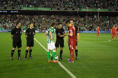 El árbitro sortea el saque y campo con los capitanes de equipo.