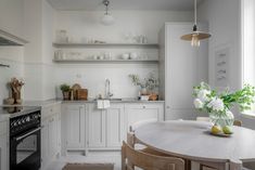 Dining Table Chairs, Round Dining Table, Dining Area, Kitchen Dining, Dining Room, Second Hand Kitchens, Low Cabinet, Shaker Kitchen, Tiny Spaces