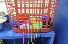 Alle balletjes wol blijven in de mand, de kinderen knippen af wat ze nodig hebben