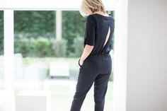 Combinaison en crêpe dos ouvert manches 3/4 ceinture coulissante bas ourlet de pantalon resserré.  Disponible en bleu marine et noir.