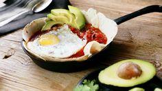 Die mexikanischen Huevos Rancheros sind das perfekte herzhafte Frühstück, schmecken aber natürlich auch mittags hervorragend - oder abends. Dank den Spiegeleiern ist das vegetarische Gericht übrigens reich an Proteinen und lässt uns fit in den Tag starten.