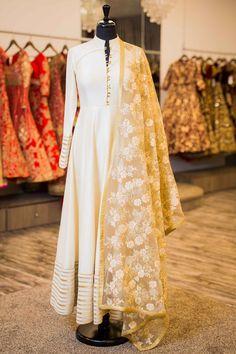 Off white anarkali w/ lace dupatta pakistani suits, punjabi salwar suits, pakistani dresses Kurta Designs, Blouse Designs, White Anarkali, Anarkali Dress, Anarkali Suits, White Salwar Suit, Simple Anarkali, Anarkali Churidar, Lehenga Gown