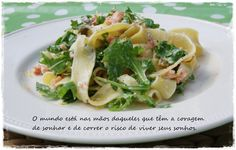 Pappardelle com rúcula e salmão Pappardelle pasta with rocket and smocked salmon