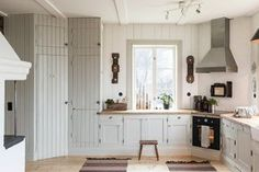 Made In Persbo: Nygyggt hus med själ Shaker Kitchen, Old Kitchen, Kitchen Layout, Kitchen Dining, Kitchen Cabinets, Home Interior, Interior Decorating, Rustic Country Homes, Swedish Kitchen
