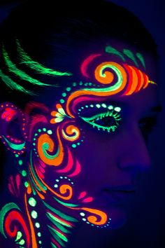studio-world-visagerie-painting-airbrusch-blacklight-painting2.jpg 600×900 pixels