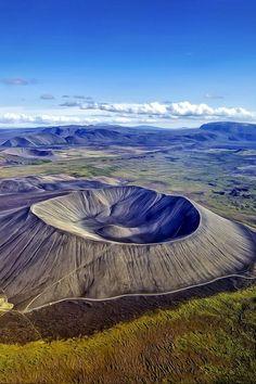 """NORDURLAND EYSTRA. Hverfjall Iceland. 1) HVERFJALL: """"La montagne de la source chaude"""", est un volcan situé sur le site de la MYVATN en Islande. Il est apparu il y a 2500 ans et est le résultat d'une seule éruption appartenant au cycle de Hverfjall du KRAFLA. Le cône fait environ 250 m de haut et 200 m de profondeur pour un diamètre de 1200 m."""
