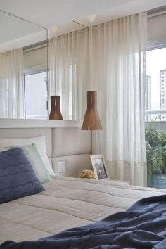 Com o branco predominando neste quarto, a cortina não poderia ser diferente. O charme fica por conta do detalhe na barra.