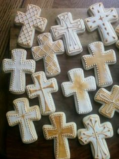 First Communion/ Confirmation Cross Cookies, Use a cross shaped cookie cutter or cut out cookie dough into cross shapes before baking to make treats shaped specially for this special day. Iced Cookies, Cut Out Cookies, Easter Cookies, Cupcake Cookies, Cookies Et Biscuits, Sugar Cookies, First Communion Cakes, First Holy Communion, Christening Cookies