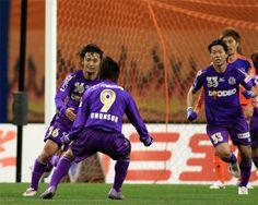 [ J1:第8節 新潟 vs 広島 ] 1点を追う広島は試合終了間際の90分、李忠成のパスに反応した山岸智(写真左)がゴール左隅に決めて土壇場で同点に追いついた。試合は2-2で終了し互いに勝点1を分け合う結果に終わった。  2010年4月24日(土):デンカビッグスワンスタジアム