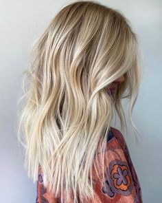 Balayage and Foilayage Hair Colors Combo to Show Off in 2020 Blonde Highlights With Lowlights, Bright Blonde Hair, Blonde Balayage Highlights, Blonde Hair Looks, Brown Blonde Hair, Balayage Hair, Peekaboo Highlights, Purple Highlights, Red Hair