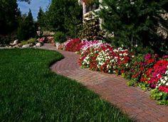 allées de jardin, un pavement rouge et fleurs splendides