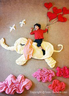 """En Minibhú amamos esta obra de arte """"Wengenn in Wonderland"""". Wengenn in Wonderland, es una serie fotográfica de la artista Queenie Liao. Las imágenes son la versión de esta madre de los sueños de su pequeño hijo. Ella convirtió en magia los noches de él utilizando peluches, retazos de telas, juguetes, libros y mantas."""