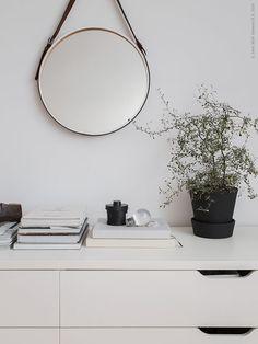 SKOGSVÅG spegel har fått ett läderbälte klistrat runt sig. INGEFÄRA kruka med fat har fått en ny look, matt svart färg gör den lite mer grafisk. STOLMEN förvaring, äldre modell. Ikea Bedroom, Bedroom Decor, Home Interior Design, Interior And Exterior, Ikea Plants, Ikea Inspiration, Ikea Alex, Ethnic Decor, Ideas Hogar