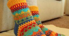 Väri-ilottelu-sukat      Koko : kengännumero n. 37-38  Lanka : Novita 7 veljestä, värit: punainen, keltainen, oranssi, vihreä, turkoosi ja ...
