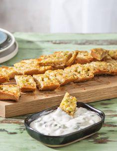 Rezept für: Jumbo Knoblauchbaguette mit Sourcream Dip  20 Minuten / Veggie / Vegetarisch / Knobibaguette Knoblauchbaguette / Beilagen / Kochen / Essen / Ernährung / Lecker / Kochbox / Zutaten / Gesund / Schnell / Abendessen / Mittagessen / Frühling   #hellofreshde #knobibaguette #knoblauchbaguette #knoblauchbrot #dip #kochen #essen #abendessen #mittagessen #zutaten #diy #richtiglecker #familie#rezept #kochbox #ernährung #lecker #gesund #leicht #schnell #einfach #frühling Chicken Wings, Dips, Bbq, Bread, Ethnic Recipes, Bruschetta, Tricks, Savory Snacks, Healthy Recipes