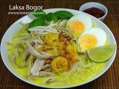 LAKSA BOGOR, salah satu ikon masakan tradisional Indonesia dari propinsi Jawa Barat. Sekilas mirip soto berkuah santan tapi isinya lebih komplit dan bervariasi. Selain suwiran ayam, Laksa Bogor juga mengandalkan cita rasa udang yg membedakannya dengan sajian soto umumnya. Dengan bahan pelengkap : telur, taoge & daun kemangi, Laksa Bogor menjadi sajian bihun berkuah yang sangat istimewa dan benar-benar lezat! Food N, Food And Drink, Laksa Recipe, Indonesian Cuisine, Asian Recipes, Ethnic Recipes, Malaysian Food, Bogor, Pork Loin