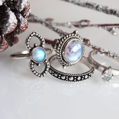 awesome Those beautiful icy moonstones, become a true Ice Queen with a Dixi stack. Bohemian Jewellery, Hippie Jewelry, Fine Jewelry, Jewelry Making, Chunky Jewelry, Jewlery, Clean Gold Jewelry, Black Gold Jewelry, Bling Bling
