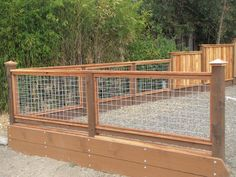 17 Awesome Hog Wire Fence Design Ideas For Your Backyard Wire Deck Railing, Hog Wire Fence, Dog Fence, Wire Fence Panels, Chicken Wire Fence, Welded Wire Fence, Porch Railings, Dog Yard, Front Fence