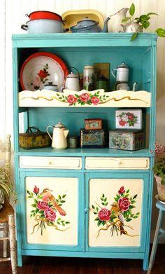 love this gorgeous hand-painted hutch  Aparador de campo: Las Vidalas