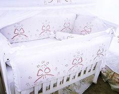 KIT BERÇO BORDADO EM RICHELIEU-MARGARIDA COM LAÇO (A PARTIR 7 PEÇAS)   5 opções de cores de forro.  WhatsApp 85 98959.9107   http://www.bordadosdoceara.com.br/produtos/kit-berco-menina/kit-berco-bordado-em-richelieu-margarida-com-laco-7-pecas-detail.html