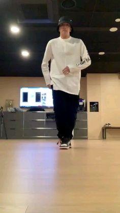 Hobi is amazing because he can make u smile just by EXISTING Jungkook Dance, Bts Bangtan Boy, Bts Jimin, Foto Bts, Jung Hoseok, J Hope Twitter, 17 Kpop, J Hope Dance, Kpop Gifs