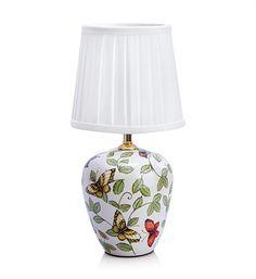 Bordlampan Mansion från Markslöjd har en fot i vit keramik och en skärm med fjärilsmönster. #markslöjd #lamp #interior #interiör #inspiration #bordslampa #fjärilar