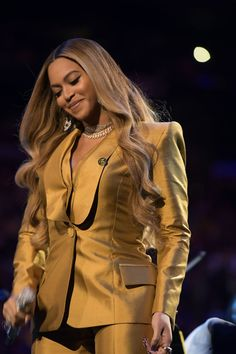 wears custom pant suit while performing at Kobe & Gianna Bryant's Celebration of Life event (Feb. wears custom pant suit while performing at Kobe & Gianna Bryant's Celebration of Life event (Feb in Styled by HAIR MUA Estilo Beyonce, Beyonce Style, Beyonce Body, Beyonce Music, Beyonce Album, Beyonce Coachella, Beyonce Knowles Carter, Beyonce And Jay Z, Solange Knowles