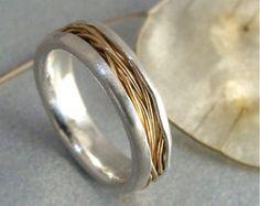 Delicaat zoet water parels zijn gewiegd in de plooien van deze solide 14 k rose gold ring. De stenen zijn veilig op zijn plaats gehouden door een uitstekende draad. Deze ring is onder 1/8 breed en 1/8 hoog. Deze organische band was liefdevol handgemaakte door mij en ziet er geweldig alleen of stapel met anderen. Ook is een goede diamant alternatief voor bruiloften. Zoete, eenvoudig en perfect voor dagelijks gebruik. Formaat ~ op bestelling gemaakt ☞ 14 k geel gouden versie beschikbaar in…