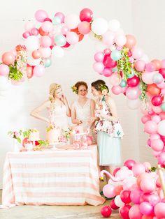 Tendência na decoração de festas: Aprenda a fazer um arco de balões desconstruído passo a passo!