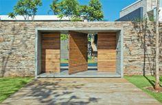 Na entrada secundária, no nível inferior, uma caixa de concreto (4 x 2,25 x...