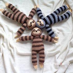Sew cute & sluggish looking sock sloth, Smie. It is long sewn from chenille socks, with 3 claws on each limb, big groggy eyes & a sweet smile. Felt Doll Patterns, Animal Sewing Patterns, Sewing Patterns Free, Free Sewing, Free Pattern, Sewing Stuffed Animals, Stuffed Toys Patterns, Sewing Toys, Sewing Crafts